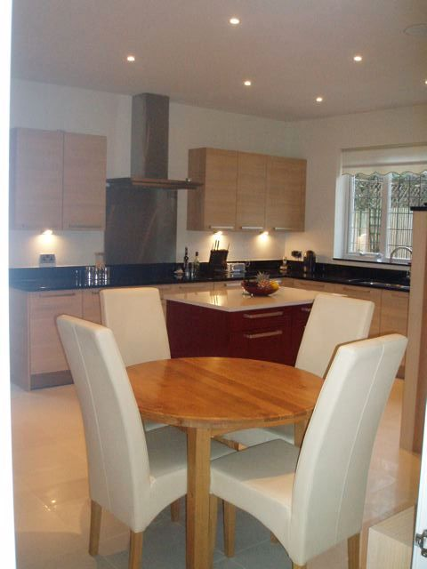 Designer fitted kitchen in oak red gloss lacquer for Oak fitted kitchen