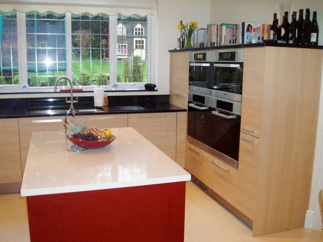 Designer fitted kitchen in oak red gloss lacquer for Red fitted kitchen