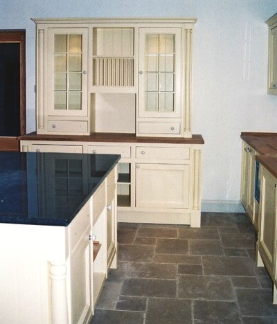 Designer traditional cream hand painted fitted kitchen for Traditional kitchen dresser